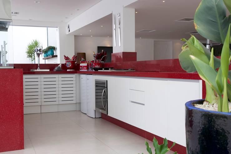 obra residêncial scs: Cozinhas  por Sandra Sanches Arq e Design de Interiores