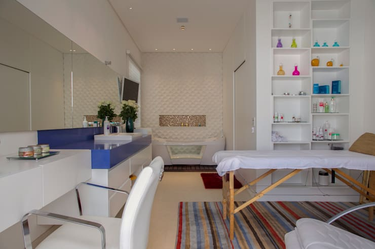 obra residêncial scs: Spas  por Sandra Sanches Arq e Design de Interiores