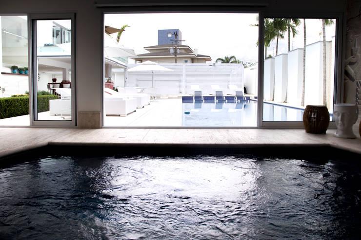 obra residêncial scs Piscinas modernas por Sandra Sanches Arq e Design de Interiores Moderno