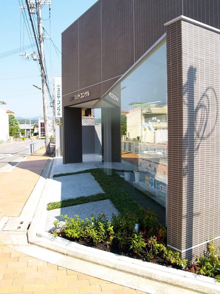 西側外観を南から近景:       古津真一 翔設計工房一級建築士事務所が手掛けた商業空間です。
