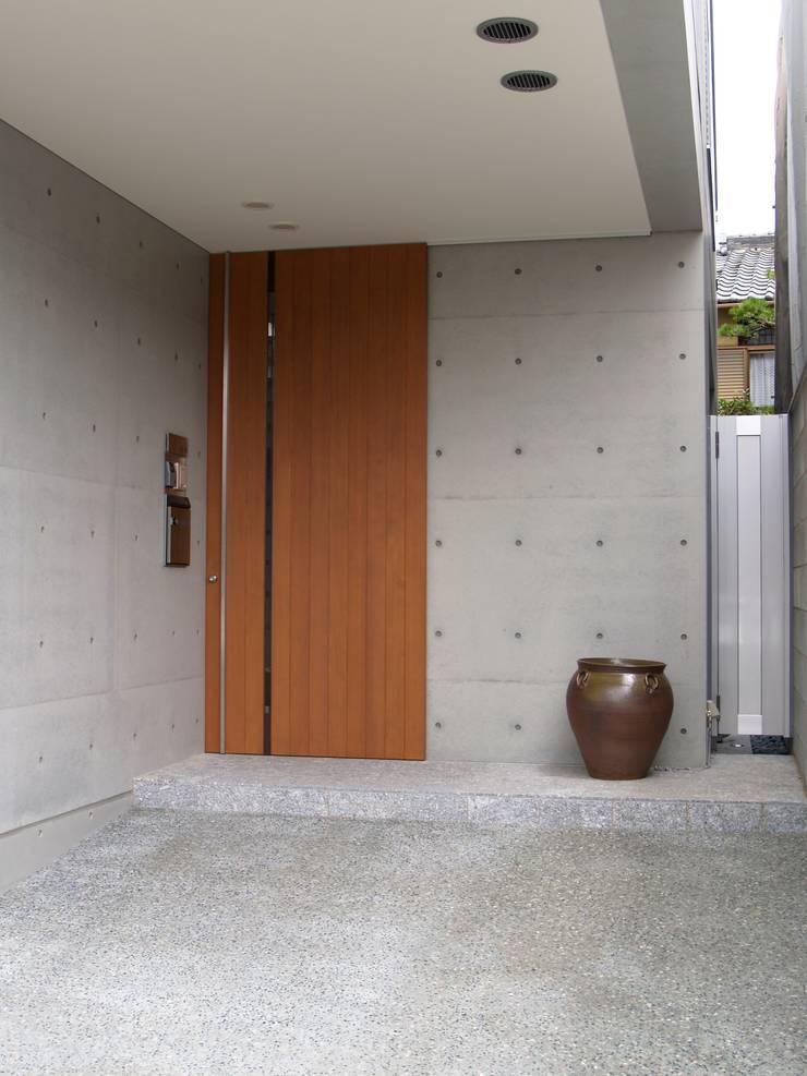 南側住宅部玄関:       古津真一 翔設計工房一級建築士事務所が手掛けた商業空間です。