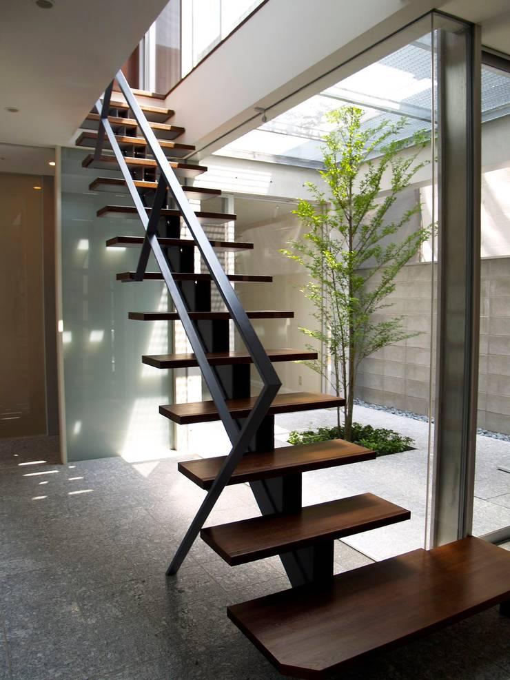IF階段室から中庭を見る:       古津真一 翔設計工房一級建築士事務所が手掛けた玄関&廊下&階段です。