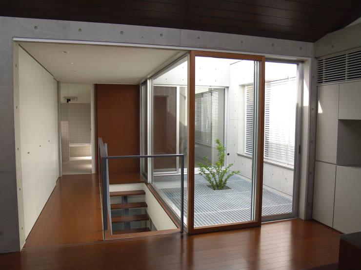 2階LDからグレーチング床の中庭を見る:       古津真一 翔設計工房一級建築士事務所が手掛けたリビングルームです。