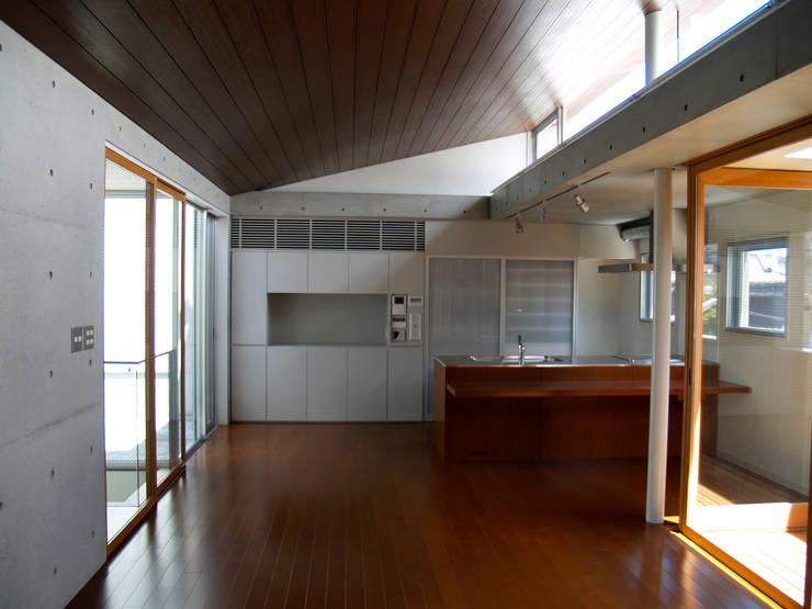2F LDK:       古津真一 翔設計工房一級建築士事務所が手掛けたリビングルームです。