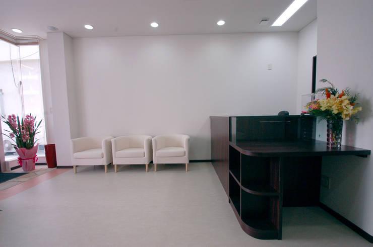 Phòng học/văn phòng phong cách chiết trung bởi 光安義光&アトリエMYST / MITSUYASU YOSHIMITSU & ATELIER MYST Chiết trung