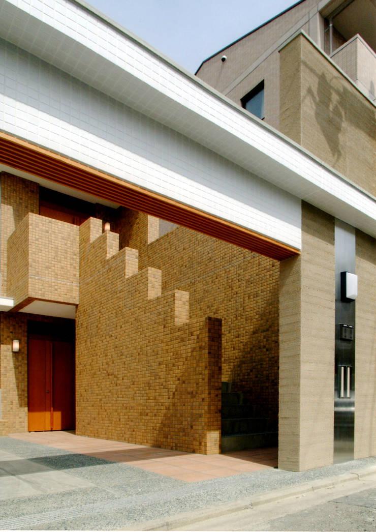 エントランス1: 株式会社 岡﨑建築設計室が手掛けた廊下 & 玄関です。,モダン