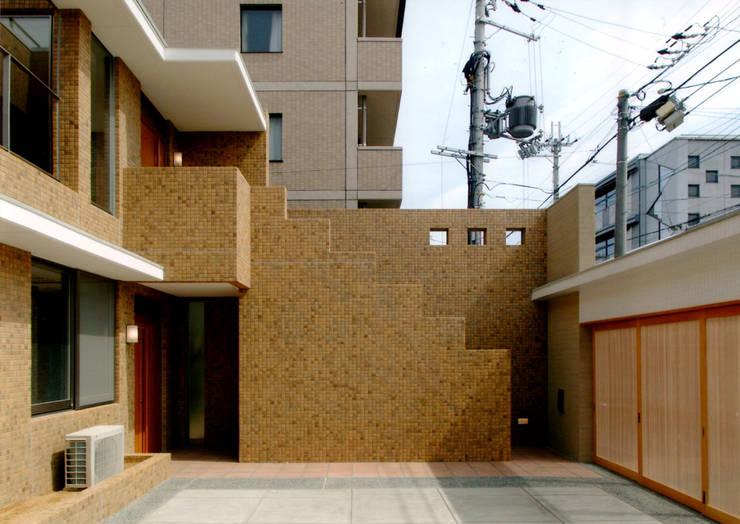 エントランス2: 株式会社 岡﨑建築設計室が手掛けた廊下 & 玄関です。,モダン