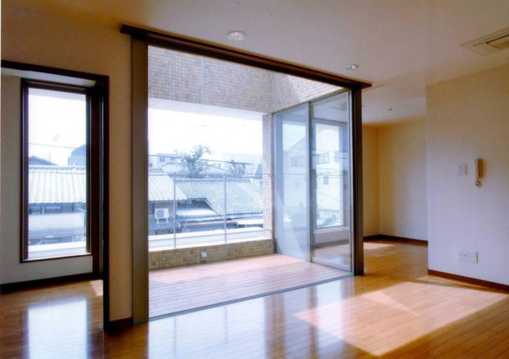 リビング・ダイニング: 株式会社 岡﨑建築設計室が手掛けたリビングです。,モダン