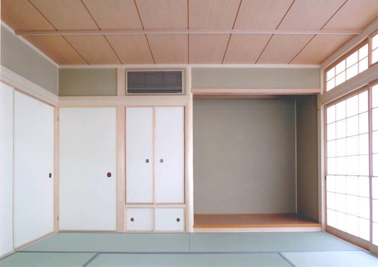 和室: 株式会社 岡﨑建築設計室が手掛けた和室です。,モダン