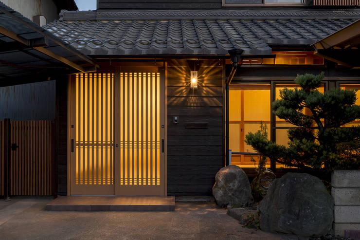 Pasillos y recibidores de estilo  por 株式会社 鳴尾工務店