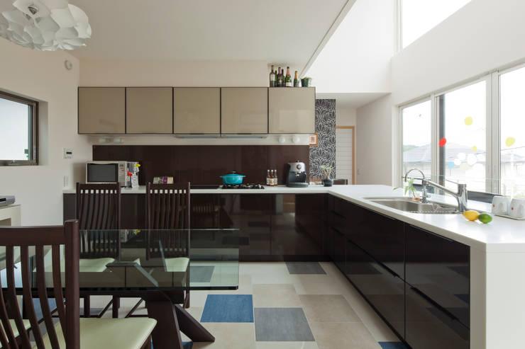 ダイニングキッチン: SQOOL一級建築士事務所が手掛けたキッチンです。