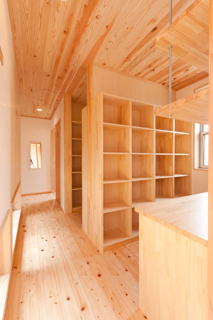 自然素材が息づく家: 有限会社 宮本建築アトリエが手掛けた廊下 & 玄関です。
