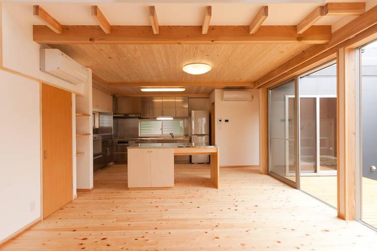 自然素材が息づく家: 有限会社 宮本建築アトリエが手掛けたダイニングです。