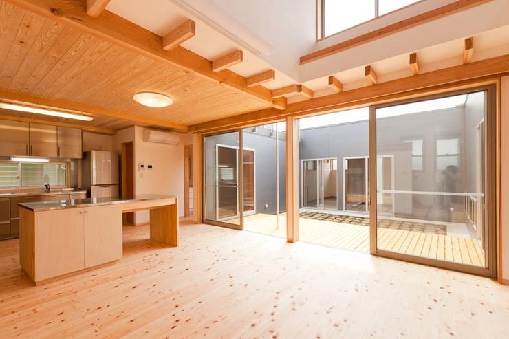 自然素材が息づく家: 有限会社 宮本建築アトリエが手掛けたリビングです。