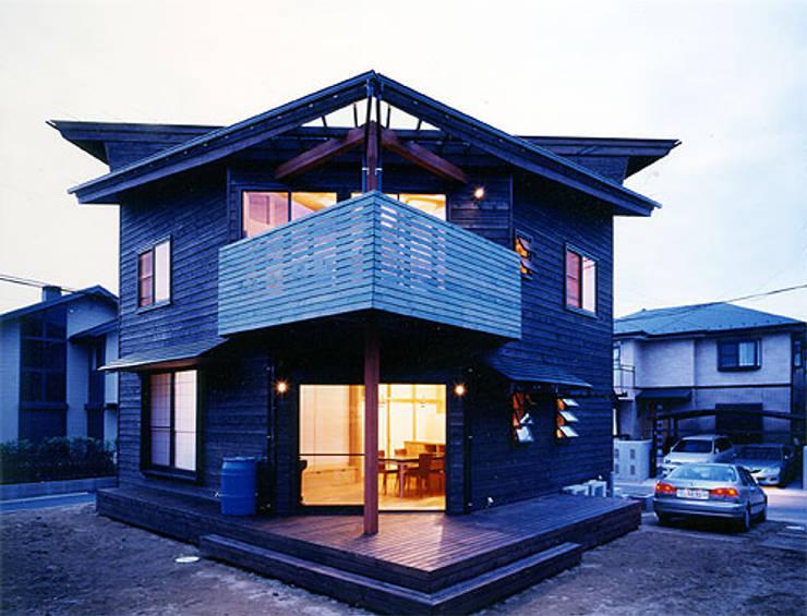 【南側立面(夜景)】: 安達文宏建築設計事務所が手掛けた家です。,