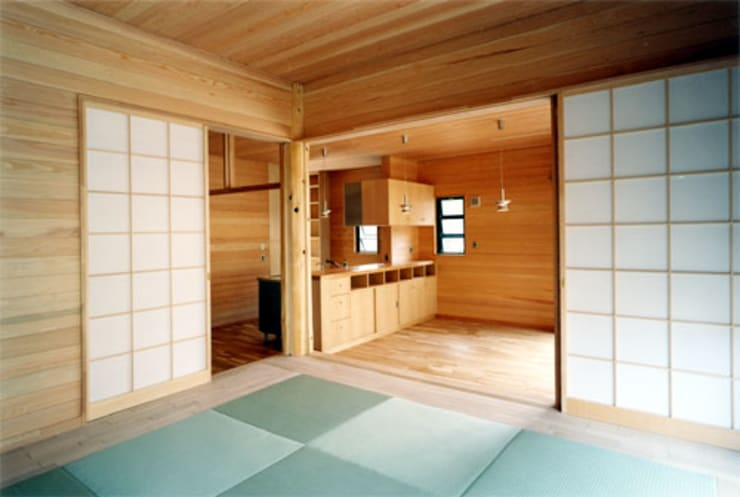 【居間】: 安達文宏建築設計事務所が手掛けたリビングです。,
