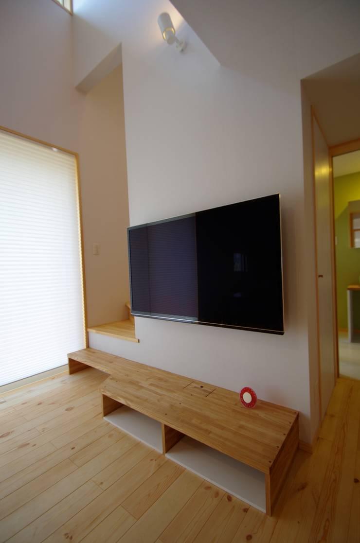 TV台: K+Yアトリエ一級建築士事務所が手掛けた廊下 & 玄関です。