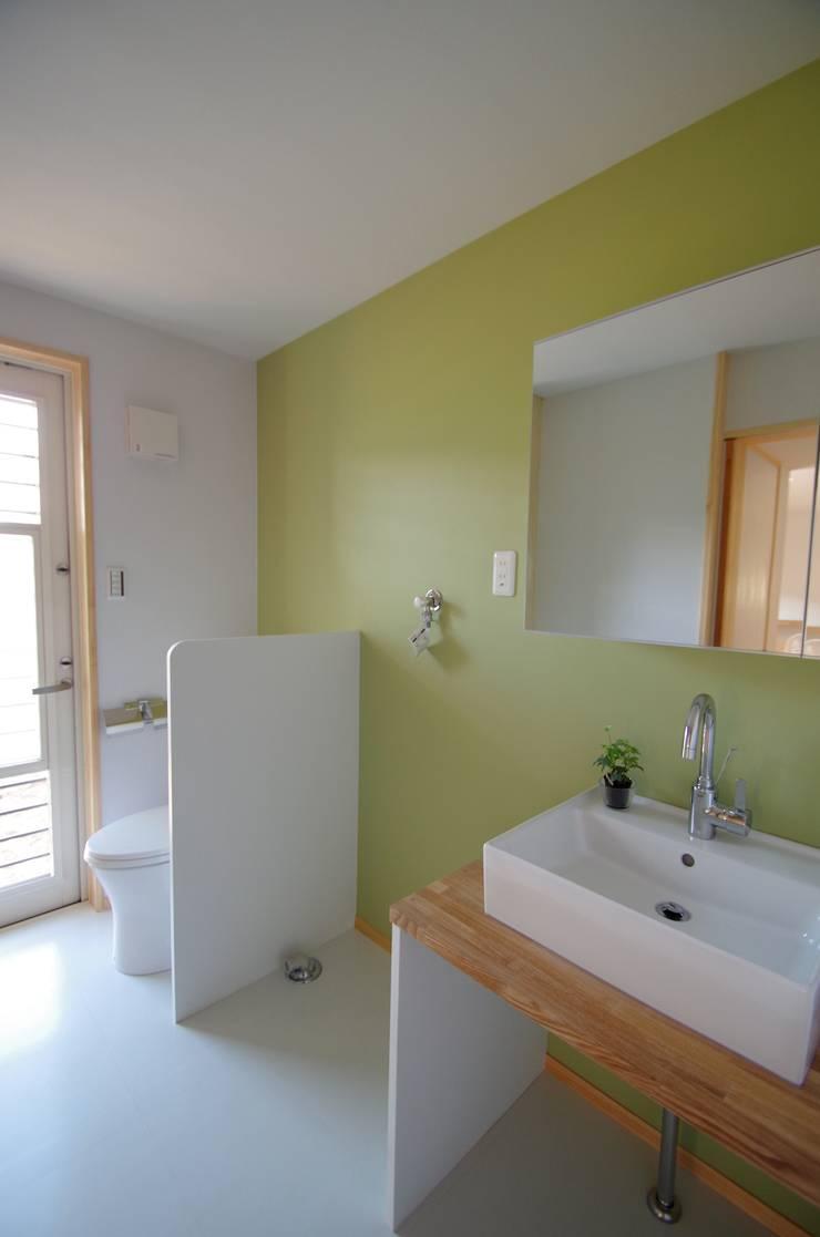 トイレ: K+Yアトリエ一級建築士事務所が手掛けた浴室です。,北欧