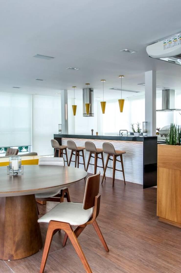 RESIDENCIA FAMILIAR SÃO CONRADO RJ: Cozinhas  por AR Arquitetura & Interiores