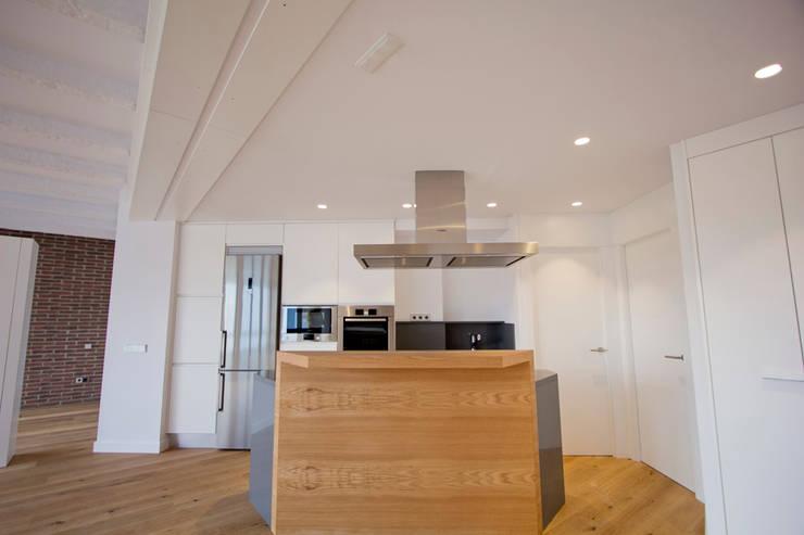 Reforma de piso en Gijón: Cocinas de estilo  de Bocetto Interiorismo y Construcción,
