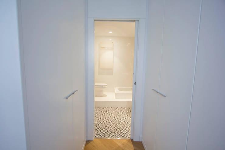 Reforma de piso en Gijón: Vestidores de estilo  de Bocetto Interiorismo y Construcción,