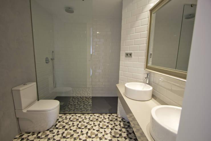 Reforma de piso en Gijón: Baños de estilo  de Bocetto Interiorismo y Construcción,