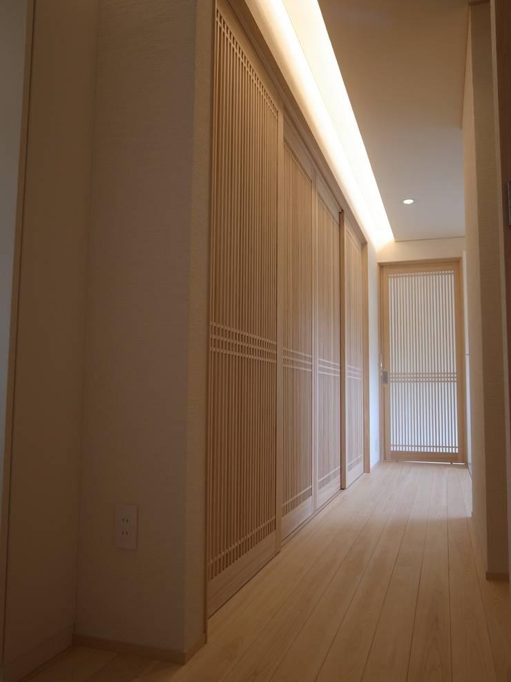 学ぶの家: Wats建築デザインが手掛けた廊下 & 玄関です。