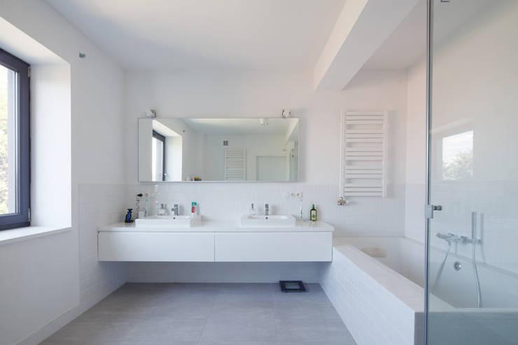 CUBE-2-BOX HOUSE: styl , w kategorii Łazienka zaprojektowany przez Zalewski Architecture Group