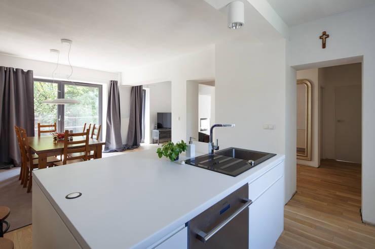 CUBE-2-BOX HOUSE: styl , w kategorii Kuchnia zaprojektowany przez Zalewski Architecture Group
