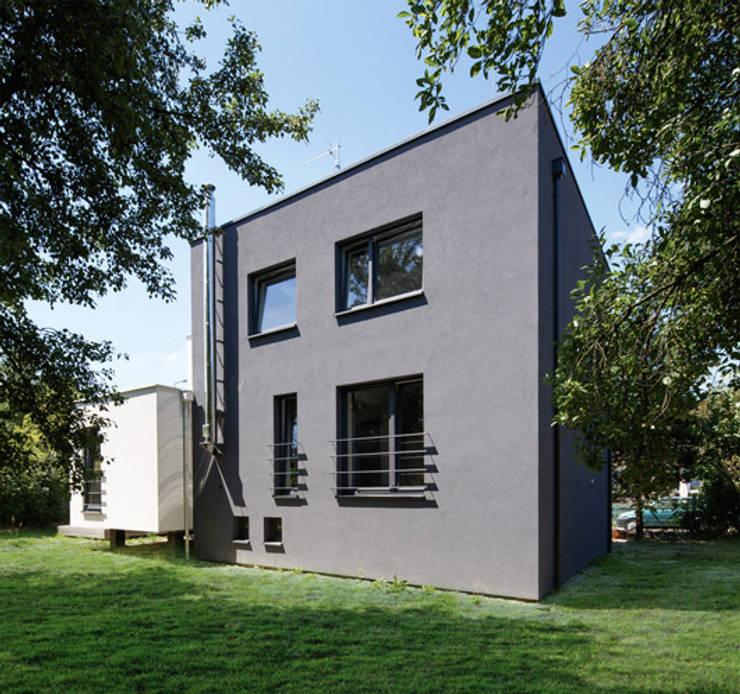 CUBE-2-BOX HOUSE: styl minimalistyczne, w kategorii Domy zaprojektowany przez Zalewski Architecture Group