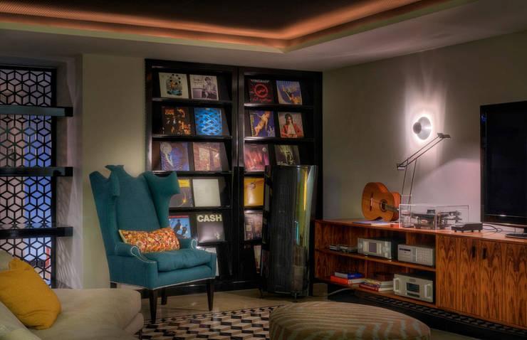 Timeless with a twist: Salas multimédia  por Viterbo Interior design