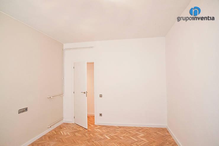 Dormitorios de estilo clásico por Grupo Inventia