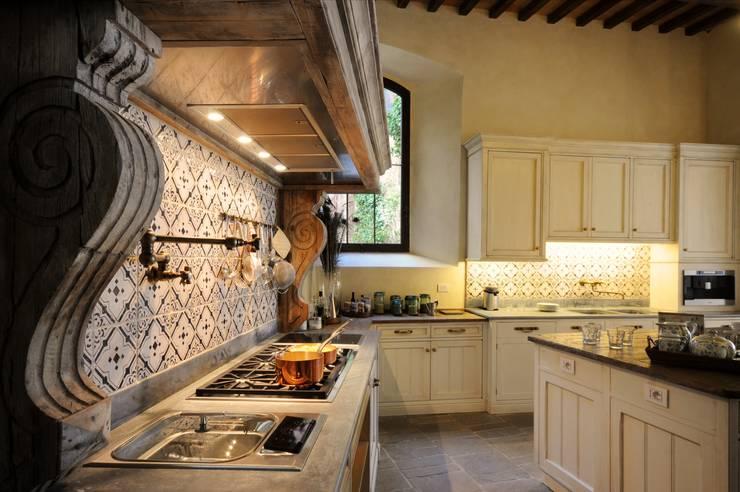 Progettazione e realizzazione cucina nel Castello di Polgeto: Cucina in stile in stile Classico di Riccardo Barthel