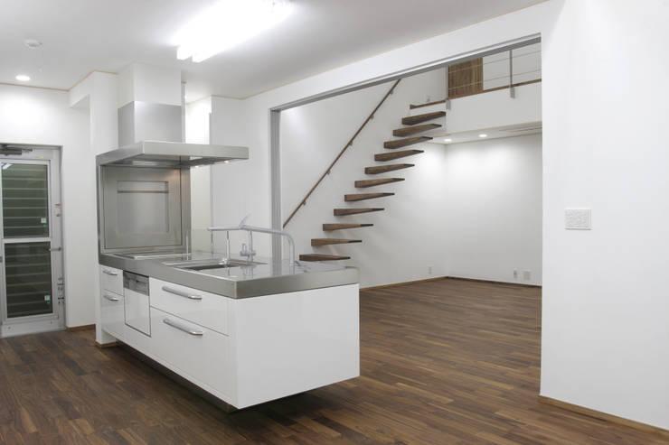 囲む家: Wats建築デザインが手掛けたキッチンです。,オリジナル