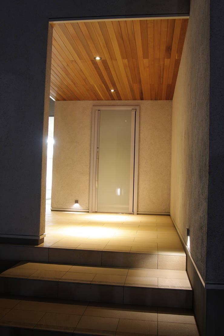 囲む家: Wats建築デザインが手掛けた廊下 & 玄関です。,オリジナル