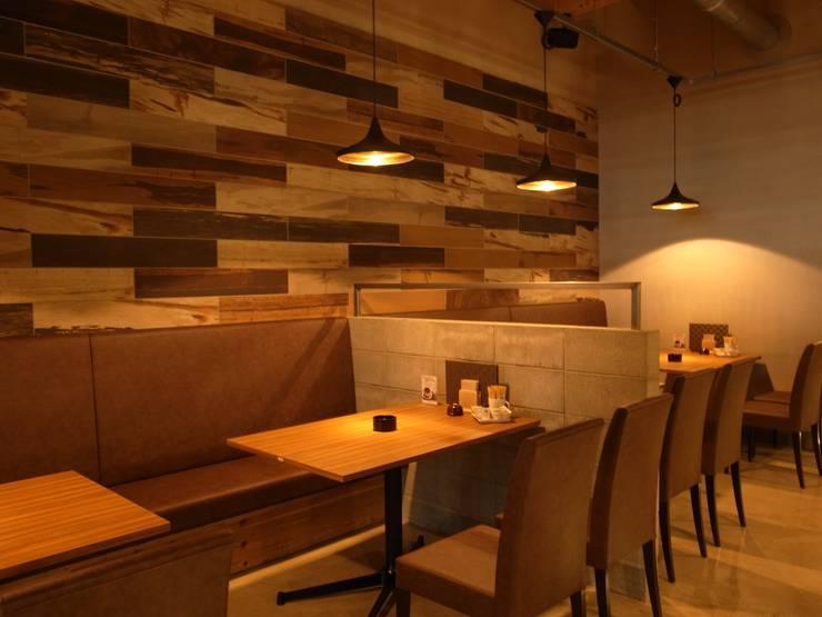 咲ら珈琲 岡崎井田店: Wats建築デザインが手掛けたリビングです。