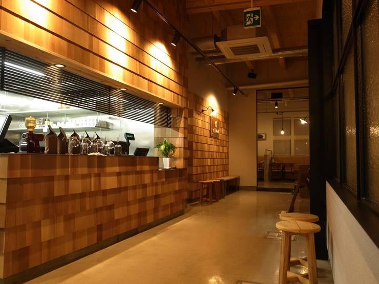 咲ら珈琲 岡崎井田店: Wats建築デザインが手掛けた廊下 & 玄関です。