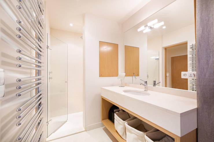 Mazarine: Salle de bains de style  par A+B Kasha