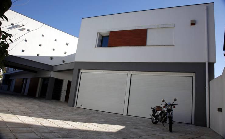 Casa Jairson: Janelas   por ÔCO Ideias e Projectos de Arquitectura Lda