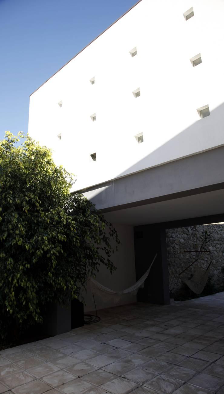 Casa Jairson: Paredes  por ÔCO Ideias e Projectos de Arquitectura Lda