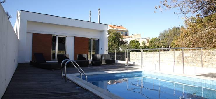 Casa Jairson: Piscinas minimalistas por ÔCO Ideias e Projectos de Arquitectura Lda
