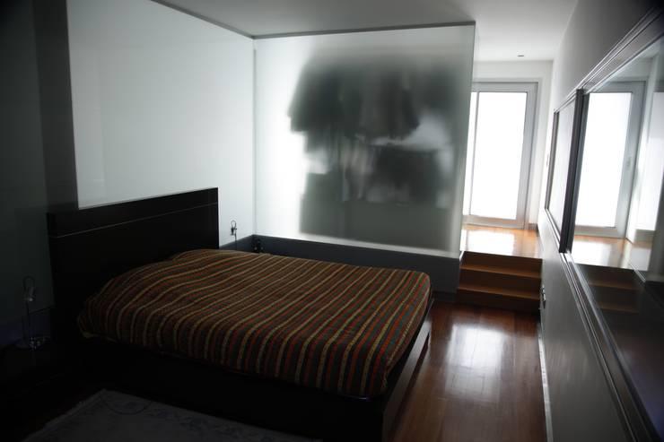 Casa Jairson: Quartos minimalistas por ÔCO Ideias e Projectos de Arquitectura Lda