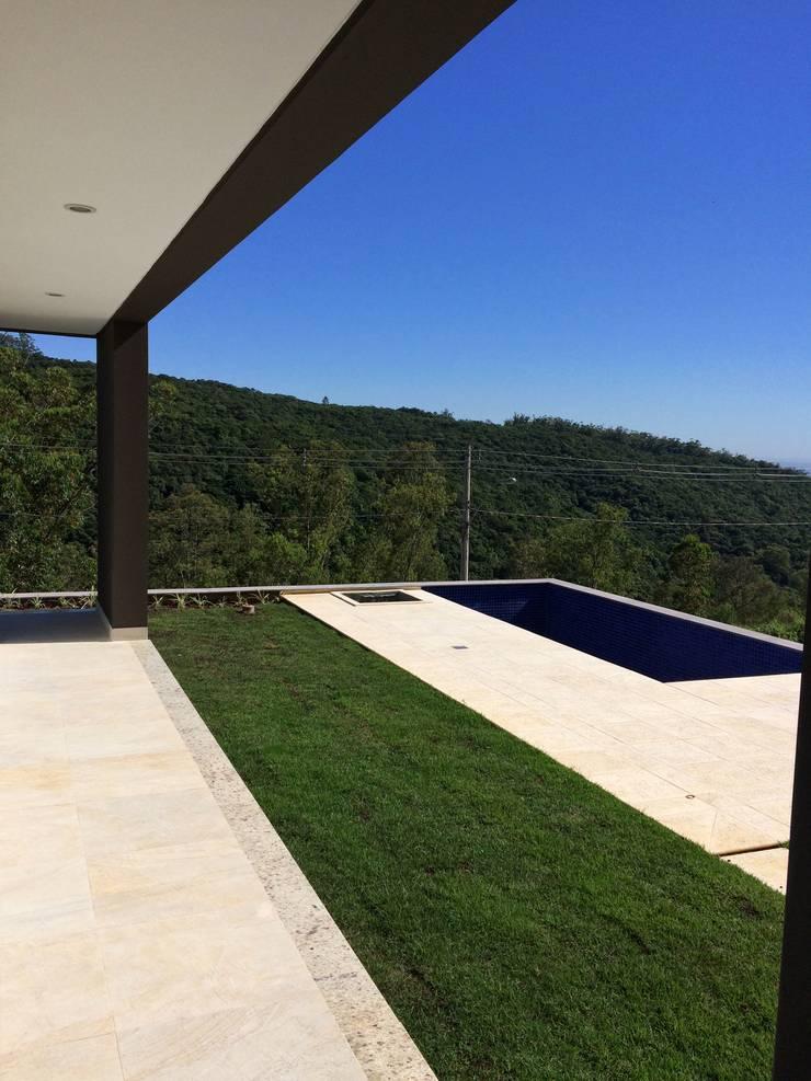 Ecovillage House: Piscinas  por Sartori Arquitetos
