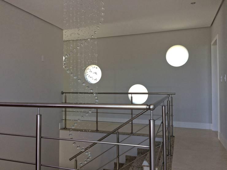 Ecovillage House: Corredores e halls de entrada  por Sartori Arquitetos