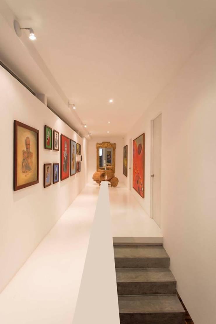 Casa Galeria: Pasillos y vestíbulos de estilo  por Giovanni Moreno Arquitectos