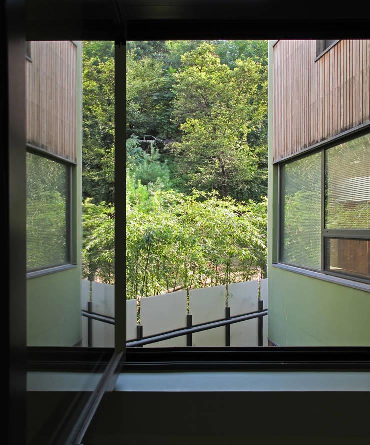 반포 577 주택 : 한울건축의  베란다