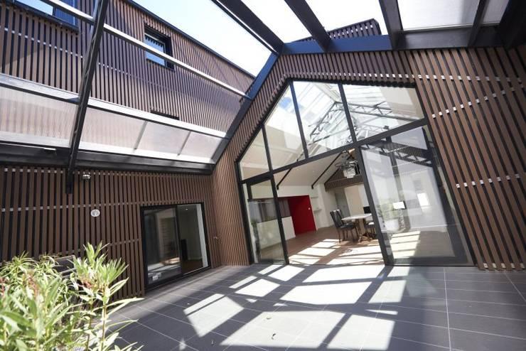 Deux Loft- extension: Maisons de style  par phenome architectures