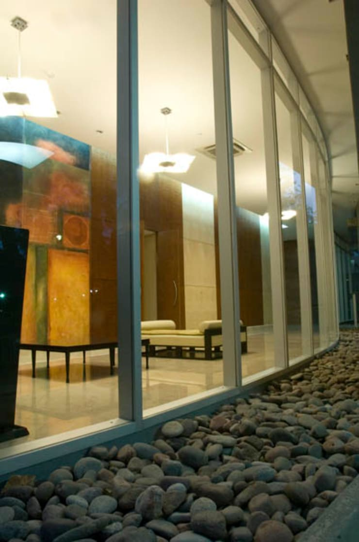 Edificio Da Vinci Pasillos, vestíbulos y escaleras modernos de Brunzini Arquitectos & Asociados Moderno