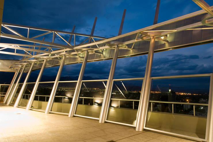 Edificio Da Vinci Balcones y terrazas modernos: Ideas, imágenes y decoración de Brunzini Arquitectos & Asociados Moderno