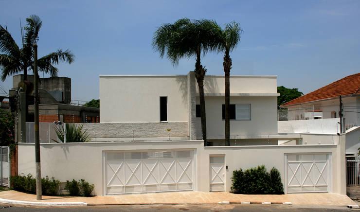 CASA DE ALTO PADRÃO: Casas  por ZEPPELINI ASSOCIADOS